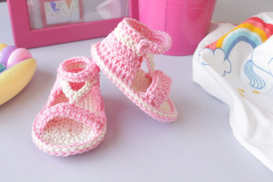 How-to-crochet-easy-summer-sandals-for-baby25